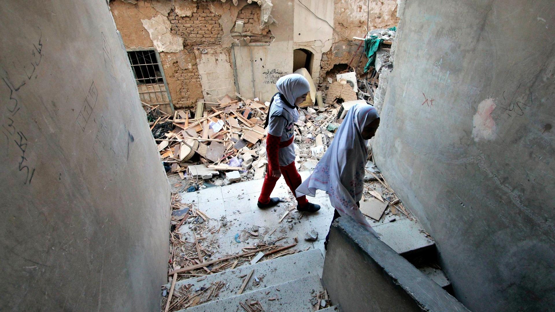 8.fev.2015 - Meninas sírias descem escadas de prédio danificado por, segundo ativistas, recentes ataques aéreos realizados por forças leais ao ditador Bashar al-Assad no bairro de Douma, no nordeste da capital Damasco