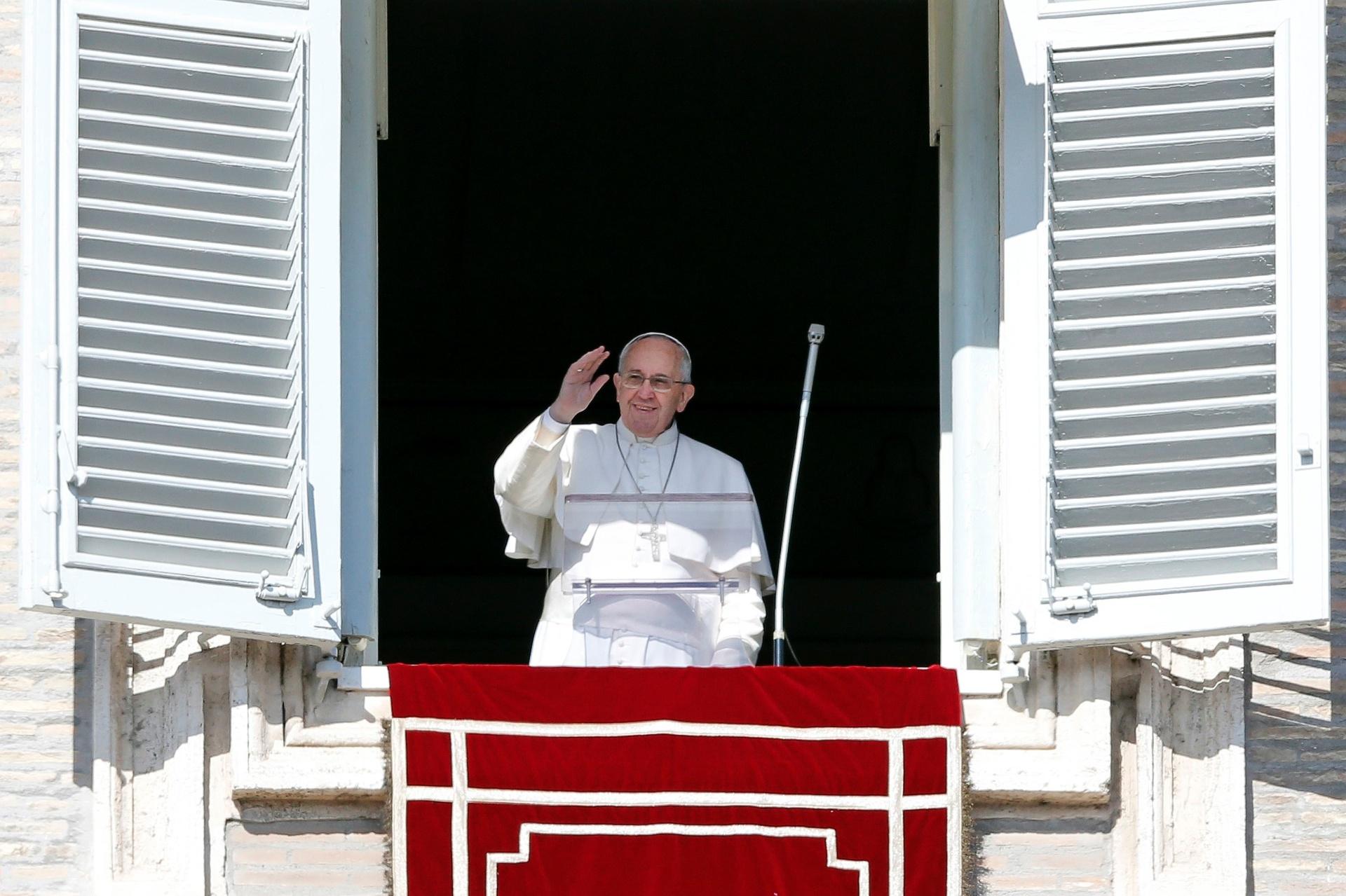 8.fev.2015 - Papa Francisco acena para fiéis durante oração do Angelus, proferida na Praça São Pedro, neste domingo (8), no Vaticano