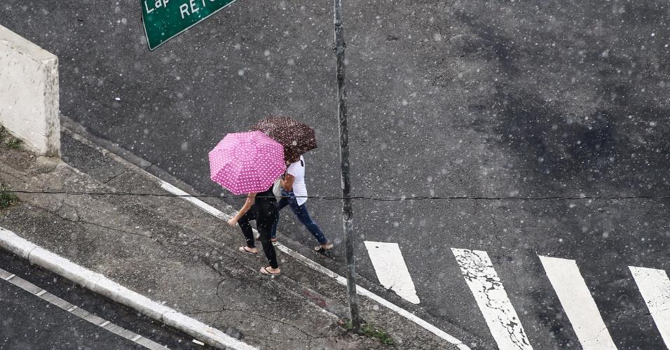 9.fev.2015 - Chuva atinge a região da Lapa, na zona oeste de São Paulo, nesta segunda-feira (9). De acordo com o CGE (Centro de Gerenciamento de Emergências), a zona oeste e a marginal Pinheiros estão em estado de atenção para enchentes. Segundo os meteorologistas do centro, a tendência é de que as chuvas se intensifiquem na região do Butantã, e se desloquem gradualmente em direção aos municípios de Osasco e Taboão da Serra