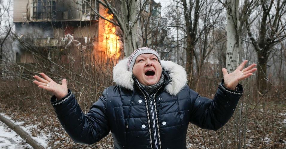 9.fev.2015 - Mulher grita em frente a um prédio em chamas após bombardeio no combate entre rebeldes pró-Rússia e forças ucranianas destruir várias construções em Donetsk, no leste da Ucrânia, nesta segunda-feira (9). O presidente dos EUA, Barack Obama, acusou nesta segunda-feira (9) a Rússia de ter violado todos os compromissos assumidos em setembro passado para levar a paz à Ucrânia