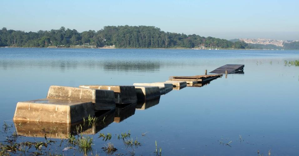 9.fev.2015 - Represa de Guarapiranga na região de Interlagos, zona sul de São Paulo (SP), registra na manhã desta segunda-feira (9) o aumento no nível da água, que foi de 52,3% para 53,4%