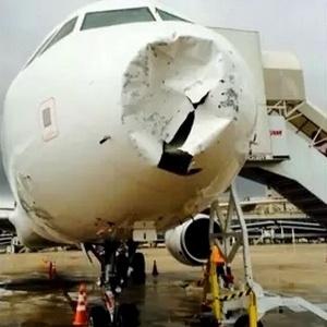Parte frontal da aeronave foi amassada pela chuva de granizo