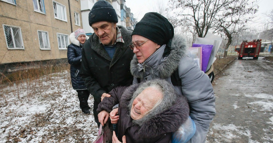 9.fev.2015 - Uma idosa é socorrida após o prédio em que vivia ter sido atingido durante bombardeio no combate entre rebeldes pró-Rússia e forças ucranianas em Donetsk, no leste da Ucrânia, nesta segunda-feira (9). O presidente dos EUA, Barack Obama, acusou nesta segunda-feira (9) a Rússia de ter violado todos os compromissos assumidos em setembro passado para levar a paz à Ucrânia