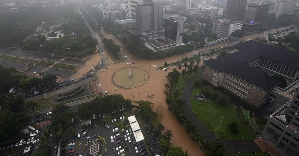 9.fev.2015 - Vista aérea mostra encontro de vias alagadas durante sobrevoo por Jacarta, na Indonésia, após fortes chuvas que atingiram a região nesta segunda-feira (9)