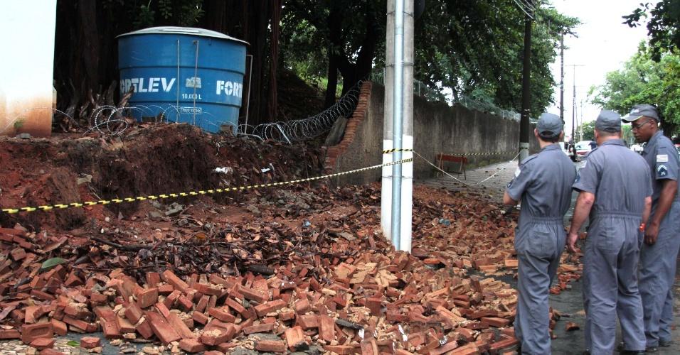 10.fev.2015 - A chuva que atingiu Campinas, no interior de São Paulo, na noite de segunda-feira (9) e se estendeu pela madrugada de terça-feira (10) causou estragos e pontos de alagamentos. Parte do muro do Comando da Policia Militar, na Vila João Jorge, cedeu e tijolos ficaram espalhados pela rua. Em outro ponto da estrutura, rachaduras afetaram o encanamento, causando vazamento de água. Segundo o Cepagri (Centro de Pesquisas Meteorológicas e Climáticas Aplicadas à Agricultura), choveu 14,2 mm em 2h40 e os ventos chegaram até 66,7 km/h
