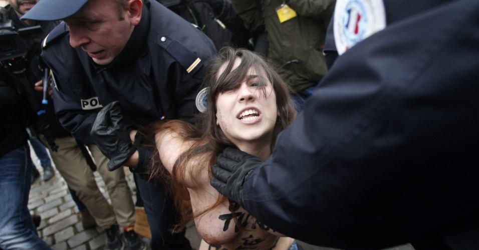 10.fev.2015 - Ativista do Femen é detida pela polícia durante protesto na chegada do ex-chefe do FMI Dominique Strauss-Kahn ao tribunal em Lille, no norte da França. Strauss-Khan será julgado por exploração de prostituição