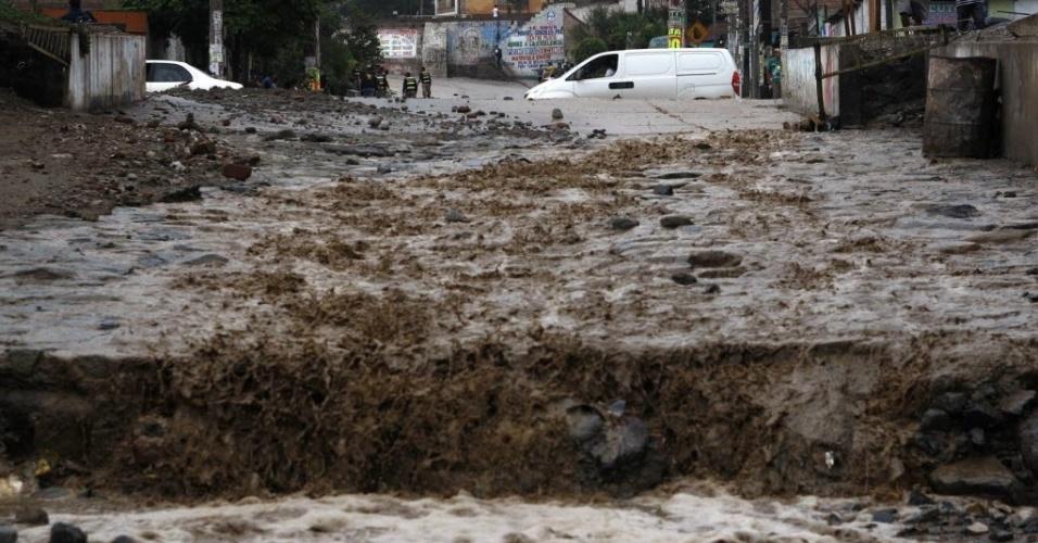 10.fev.2015 - Avenida da cidade de Chosica é afetada por chuvas e deslizamentos de terra e rochas nesta terça-feira (10) ao leste de Lima, no Peru. Mais de cem famílias foram atingidas por deslizamentos de terra e inundações provocadas por fortes chuvas que ocorreram na segunda-feira (9)