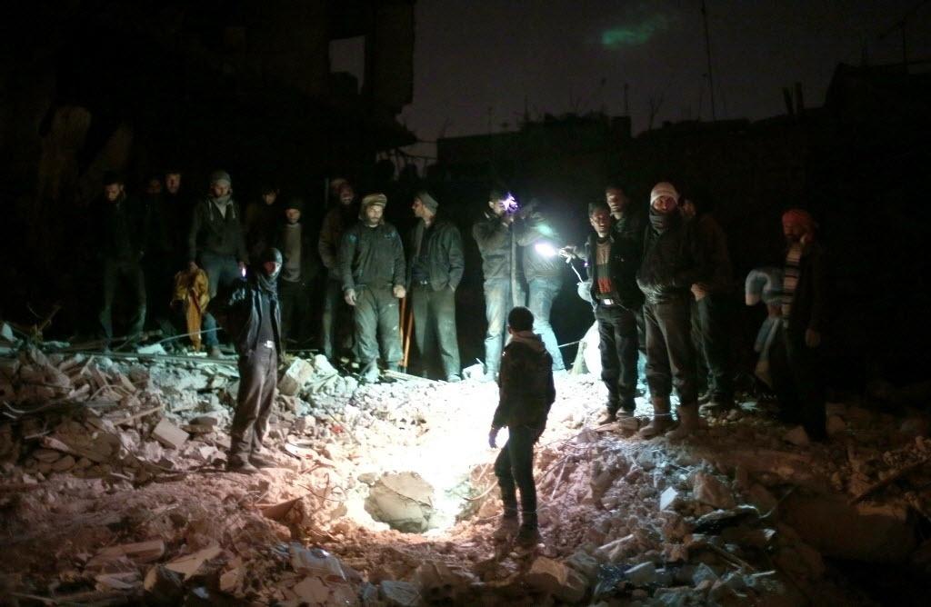 10.fev.2015 - Civis sírios procuram nesta terça-feira (10) por sobreviventes em local atingido por ataques aéreos das forças do regime de Bashar Assad em Douma, a leste da capital Damasco. Mais de 210 mil pessoas morreram na Síria desde o início do conflito no país em março de 2011