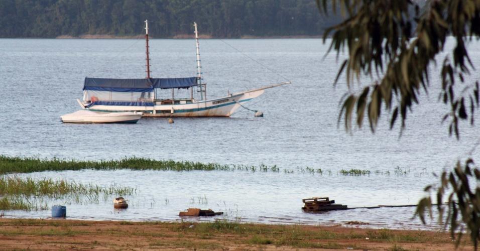 10.fev.2015 - Embarcação navega na represa de Guarapiranga, na região de Interlagos, na zona sul de São Paulo (SP), na manhã desta terça-feira (10). O nível da água subiu de 53,4% para 54,2%