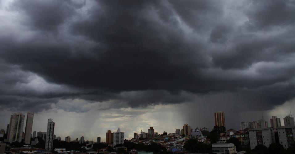 10.fev.2015 - Nuvens carregadas são avistadas no bairro de Santana, na zona norte de São Paulo, nesta terça-feira (10). De acordo com o CGE (Centro de Gerenciamento de Emergências), as chuvas perderam força na capital e resta apenas previsão de precipitação leve nos extremos das zonas leste e sul