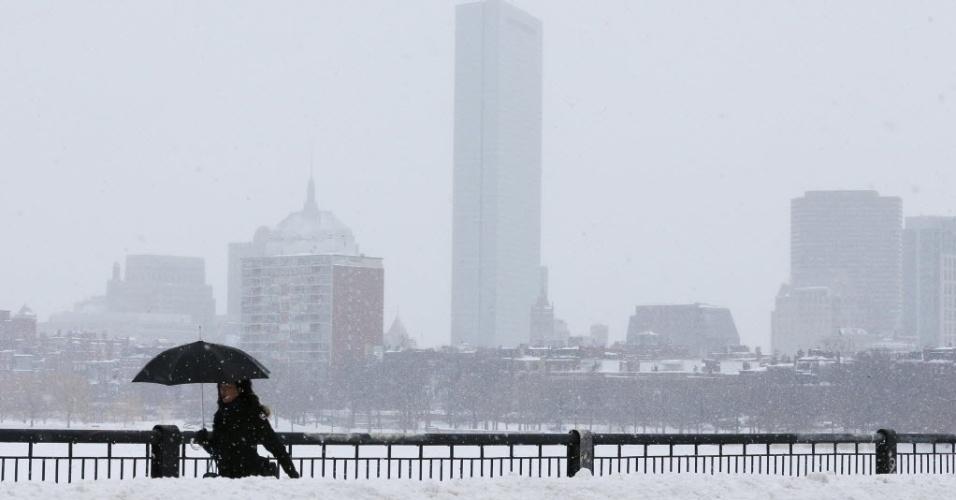 10.fev.2015 - Pedestre atravessa a ponte Massachusetts Ave após uma tempestade de neve em Boston, Massachussets (EUA), nesta terça-feira (10). A última tempestade de neve deixou a região de Boston com mais de 60 cm de neve e forçou a interrupção de todos os serviços ferroviários