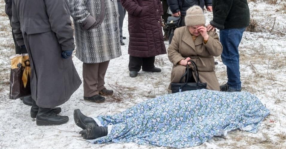 10.fev.2015 - Senhora chora ao lado do corpo de uma mulher morta após um bombardeiro na cidade de Kramotorsk, no leste da Ucrânia, nesta terça-feira (10). Ao menos seis civis foram mortos e 21 pessoas ficaram feriadas em um ataque aéreo ao quartel-general militar da Ucrânia. O ataque também atingiu áreas residenciais de Kramatorsk, área sob controle do governo ucraniano