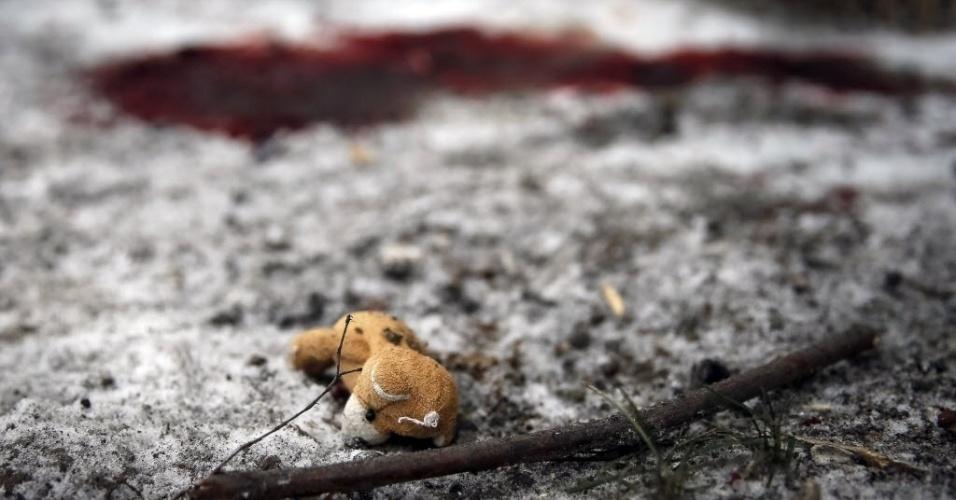 10.fev.2015 - Um urso de pelúcia aparece próximo a uma poça de sangue no local de um bombardeiro na cidade de Kramotorsk, no leste da Ucrânia, nesta terça-feira (10). Ao menos seis civis foram mortos e 21 pessoas ficaram feriadas em um ataque aéreo ao quartel-general militar da Ucrânia. O ataque também atingiu áreas residenciais de Kramatorsk, área sob controle do governo ucraniano
