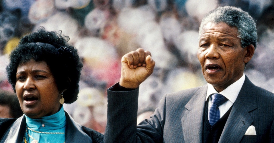 13.fev.1990 - Nelson Mandela e Winnie Mandela discursam no estádio Soccer City, no Soweto