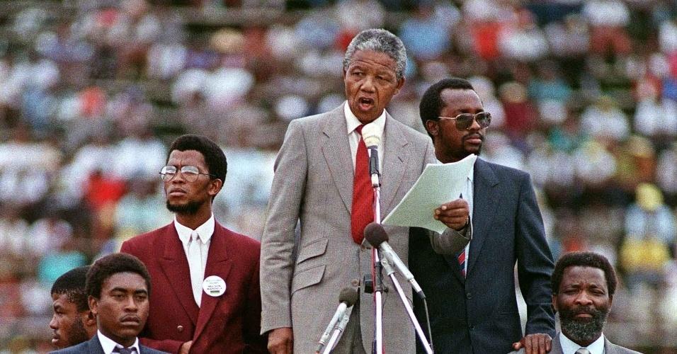 25.fev.1990 - Mandela discursa durante comemoração de aniversário do partido negro CNA (Congresso Nacional Africano)