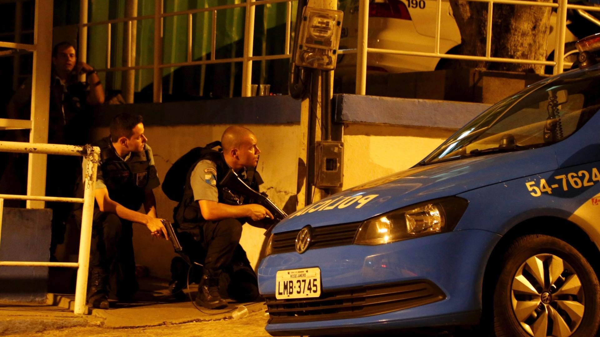 9.fev.2015 - Policiais da UPP (Unidade de Polícia Pacificadora) da favela do Salgueiro, na Tijuca, na zona norte do Rio de Janeiro, foram atacados a tiros por traficantes de drogas na noite desta segunda-feira (9). Durante o confronto, um suspeito morreu e dois policiais ficaram feridos após serem atingidos por disparos