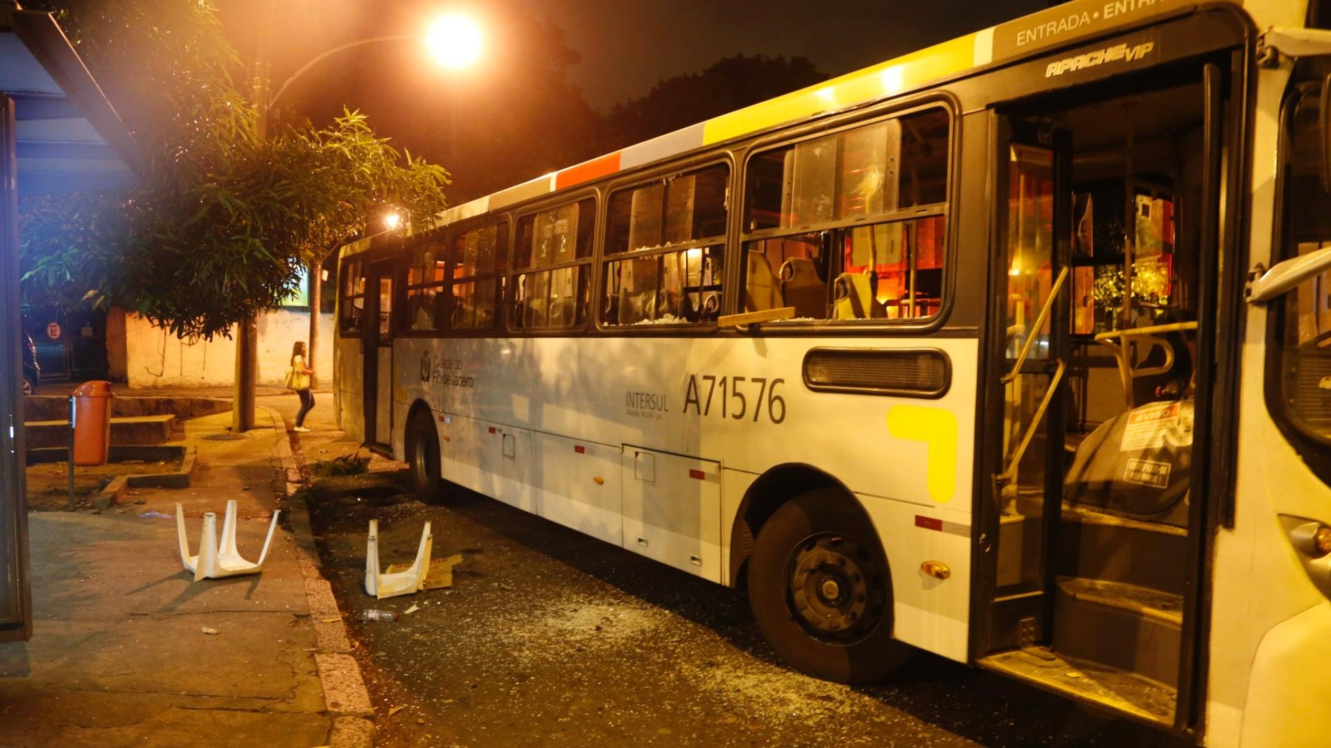 9.fev.2015 - Policiais da UPP (Unidade de Polícia Pacificadora) da favela do Salgueiro, na Tijuca, na zona norte do Rio de Janeiro, foram atacados a tiros por traficantes de drogas na noite desta segunda-feira (9). Durante o confronto, um suspeito morreu e dois policiais ficaram feridos após serem atingidos por disparos. Passado o confronto, um grupo de vândalos depredou um ponto de ônibus em uma rua próxima à comunidade. Um veículo teve os vidros quebrados