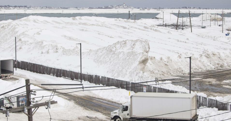 10.fev.2015 - 'Fazenda de neve' em Boston, nos Estados Unidos, onde moradores depositam a neve que é coletada nas ruas; terrenos baldios usados para este fim estão cheios, e a cidade ficou sem espaço para armazenar os mais de 1,5 m de neve que caíram nos últimos 30 dias