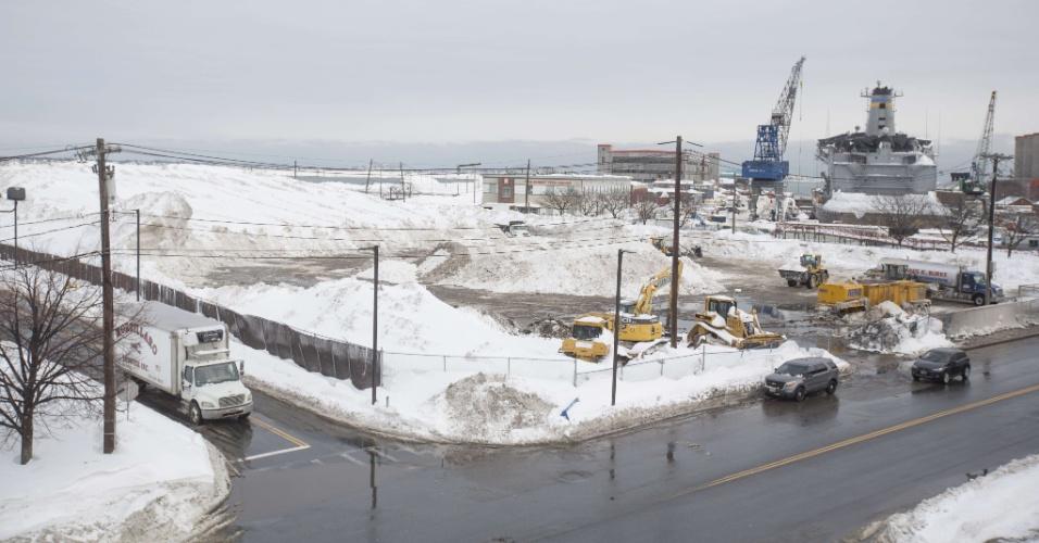 11.fev.2015 - As 'fazendas de neve' são terrenos baldios usados pelas prefeituras para armazenar a grande quantidade de gelo que lota as ruas das cidades. Em Boston, Massachusetts (EUA), elas estão lotadas; mais de 1,7 m de neve atingiu a região nos últimos 30 dias