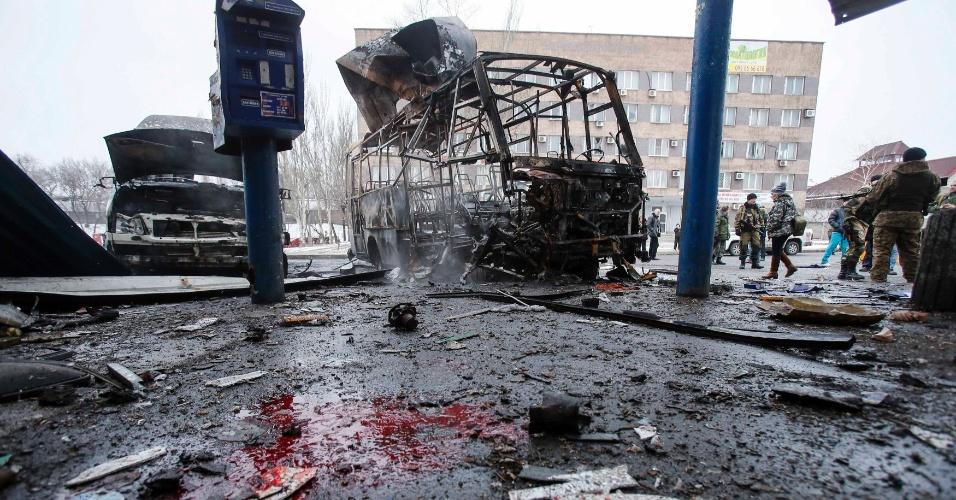 11.fev.2015 - Bombardeio deixa veículos destruídos, destroços e sangue no chão em uma estação de ônibus no centro de Donetsk, no leste da Ucrânia, nesta quarta-feira (11). Pelo menos uma pessoa morreu no local que é controlado pelos rebeldes, disse uma testemunha à agência de notícias Reuters