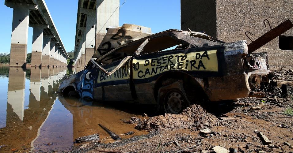 11.fev.2015 - Carro abandonado é visto na represa Atibainha, na cidade de Nazaré Paulista, no interior de São Paulo, nesta quarta-feira (11). A represa é uma das que integra o sistema Cantareira, principal manancial da região metropolitana, que registrou alta de 0,3 ponto percentual, chegando a 6,4%, incluindo as duas cotas do volume morto