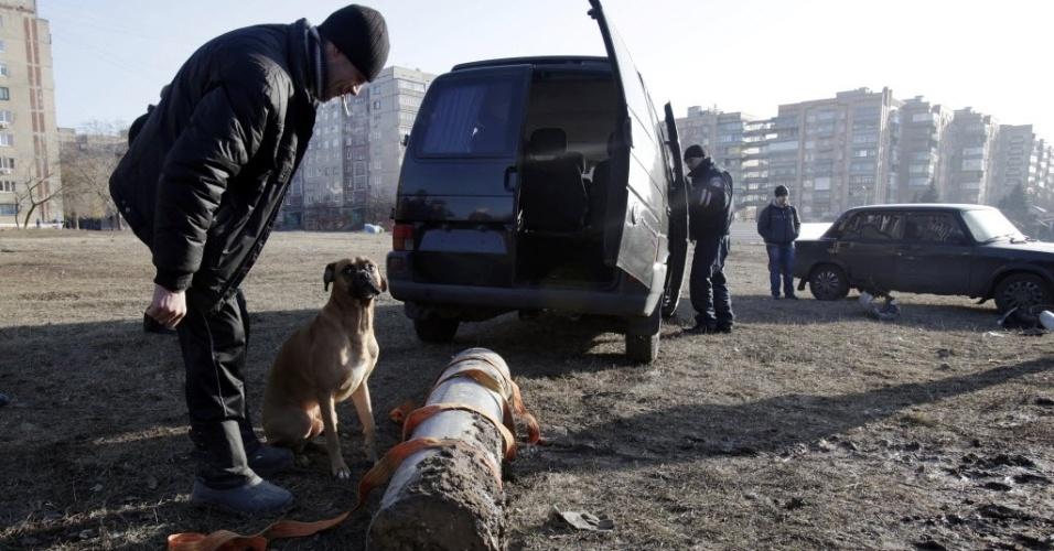 11.fev.2015 - Policial observa um foguete que acabou não explodindo durante bombardeio desta quarta-feira (11), na cidade de Kramatorsk, na região de Donetsk, na Ucrânia. Forças ucranianas entraram em confronto com rebeldes pró-Rússia no território