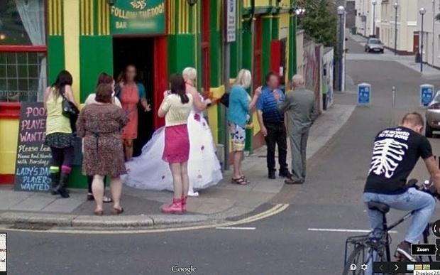 Após exibir acidentes, bizarrices e flagras constrangedoras, as câmeras do Google também têm um lado um tanto que romântico e conseguiram imortalizar o dia do casamento de um casal britânico. A noiva foi flagrada enquanto recepcionava os convidados em frente ao pub Firkin Doghouse, em Devon (Inglaterra), no mesmo dia em que o carro do Street View registrava as imagens da região