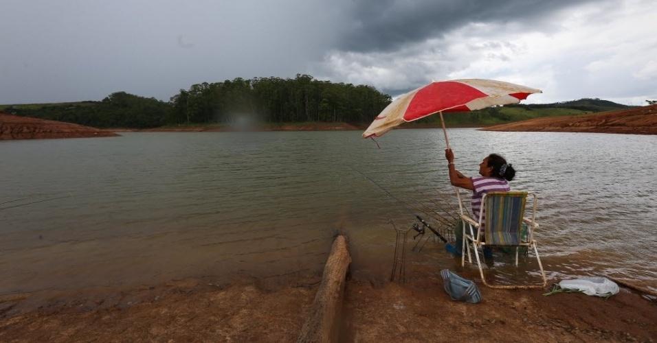 11.fev.2015 - Maria Aparecida, 57, pesca na represa Cachoeira, na cidade de Piracaia, no interior de São Paulo. O local é o 4º volume morto do sistema Cantareira