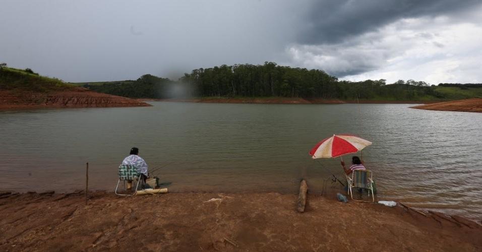 11.fev.2015 - Rosa do Santos (à esquerda), 50, e Maria Aparecida, 57, pescam na represa Cachoeira, na cidade de Piracaia, no interior de São Paulo. O local é o 4º volume morto do sistema Cantareira