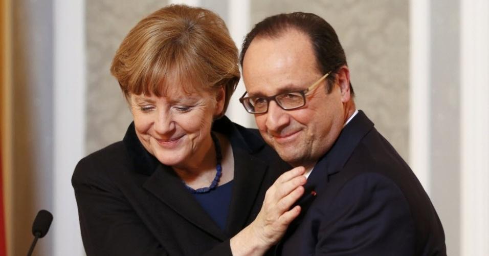 12.fev.2015 - A chanceler da Alemanha, Angela Merkel, abraça o presidente da França, François Hollande, durante uma entrevista para jornalistas após acordo para acabar com os combates no leste da Ucrânia, em Minsk, em Belarus, nesta quinta-feira (12). Hollande disse que ainda há muito trabalho a ser feito sobre os combates no país, mas o acordo é uma chance real para melhorar a situação