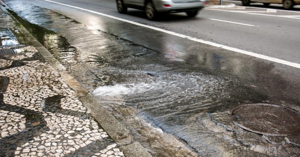 12.fev.2015 - Água aparentemente limpa jorra por mais de 20 minutos de um prédio, em plena crise hídrica, e vai parar na sarjeta na rua São Luiz, na região central de São Paulo, nesta quinta-feira (12)