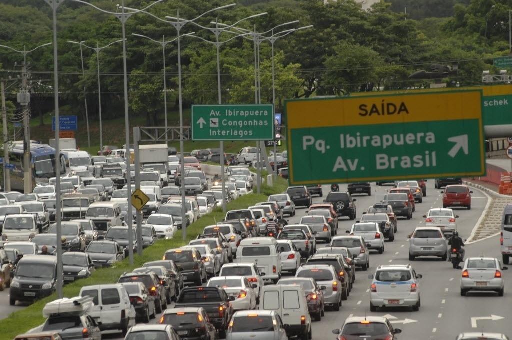 13.fev.2015 - Motoristas enfrentam trânsito intenso na avenida 23 de Maio, na zona sul de São Paulo, nesta sexta-feira (13) que inicia o feriado de Carnaval