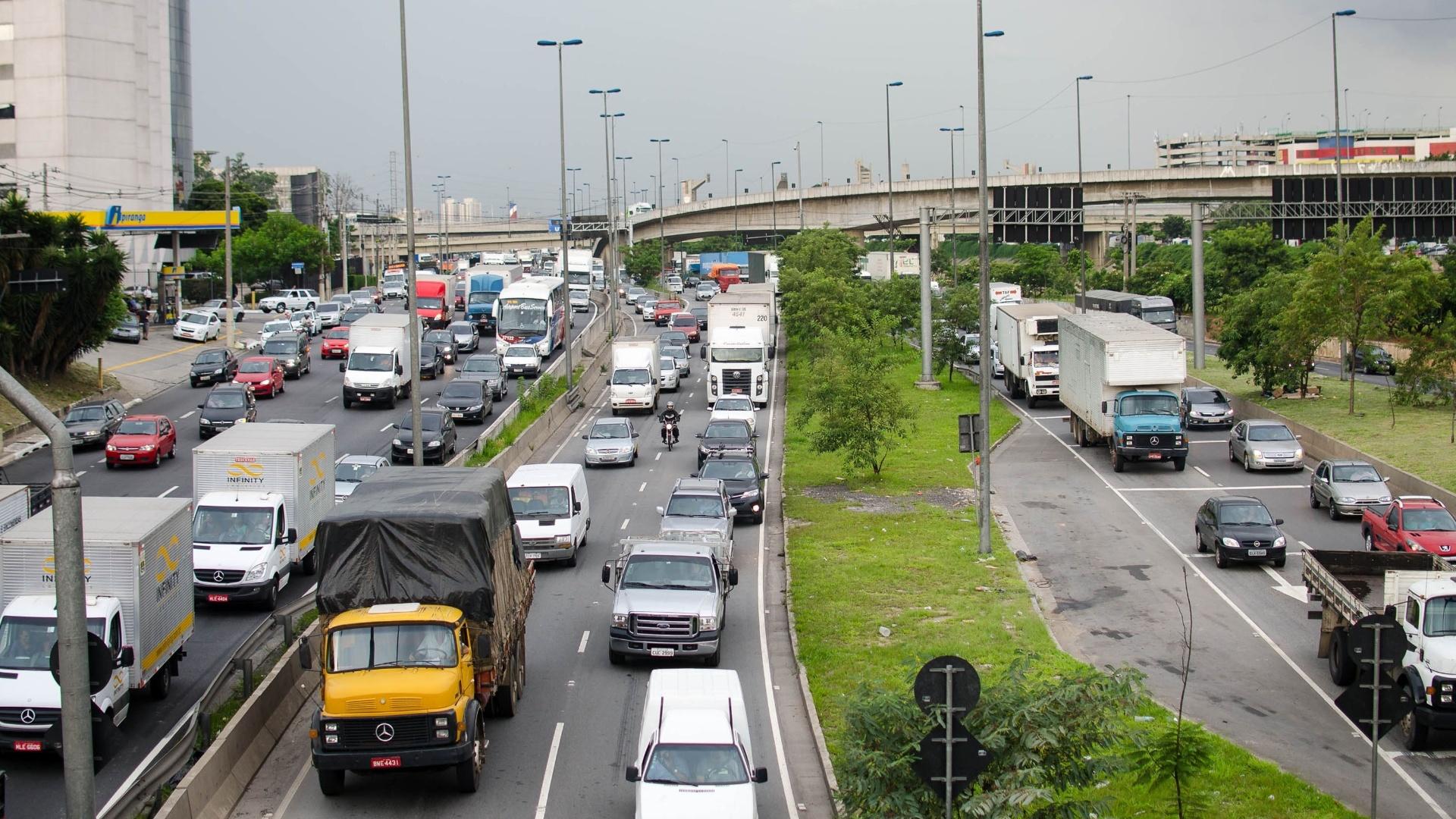 13.fev.2015 - O trânsito é intenso na marginal Tietê, sentido rodovia Castelo Branco, na altura da ponte das Bandeiras, em São Paulo, nesta sexta-feira (13). A via registrou, às 17h, 41,5 quilômetros de congestionamento, às vésperas do feriado de Carnaval