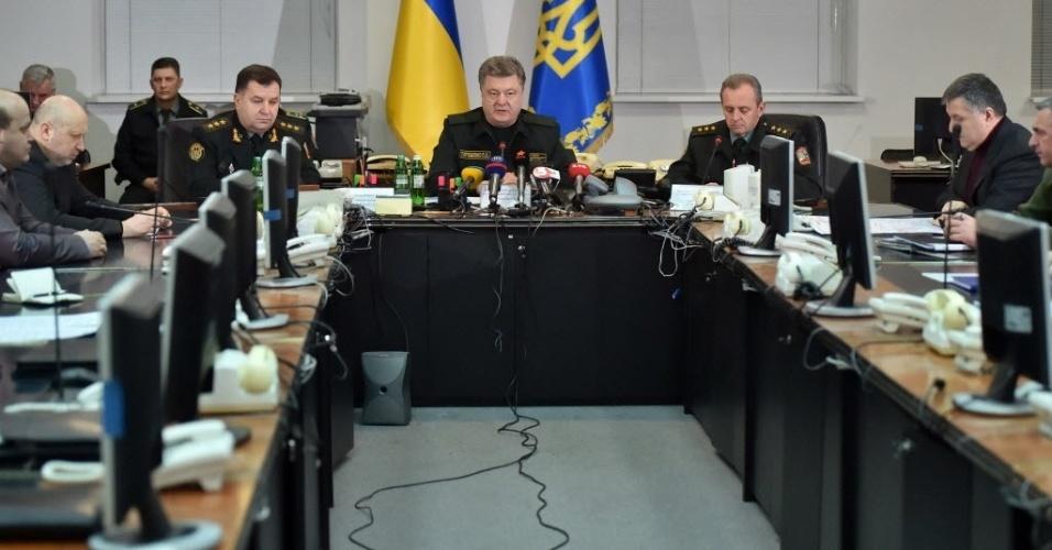 14.fev.2015 - O presidente da Ucrânia, Petro Poroshenko, ordena aos militares que implementem um cessar-fogo durante transmissão ao vivo em Kiev na madrugada do domingo (15) na hora local da Ucrânia. O processo de paz na Ucrânia está sendo