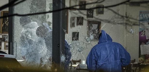 14.fev.2015 - Policiais forenses analisam local de tiroteio em um centro cultural, em Copenhague, na Dinamarca, onde acontecia um debate sobre o Islã e liberdade de expressão neste sábado (14)