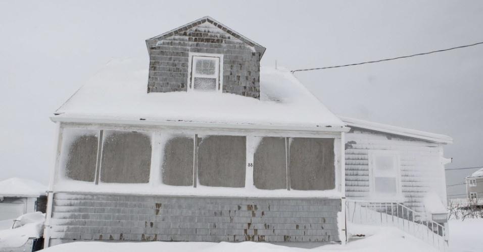15.fev.2015 - Casa fica coberta de neve em Oceanside Dr., em Scituate, Massachusetts (EUA), neste domingo (15), após passagem da tempestade de inverno Neptune. Esta foi a quarta maior tempestade a atingir a região de New England