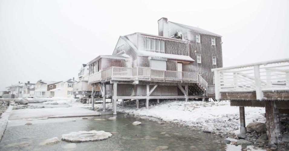 15.fev.2015 - Casas ficam cobertas de neve em Oceanside Dr., em Scituate, Massachusetts (EUA), neste domingo (15), após passagem  da tempestade de inverno Neptune. Esta foi a quarta maior tempestade a atingir a região de New England