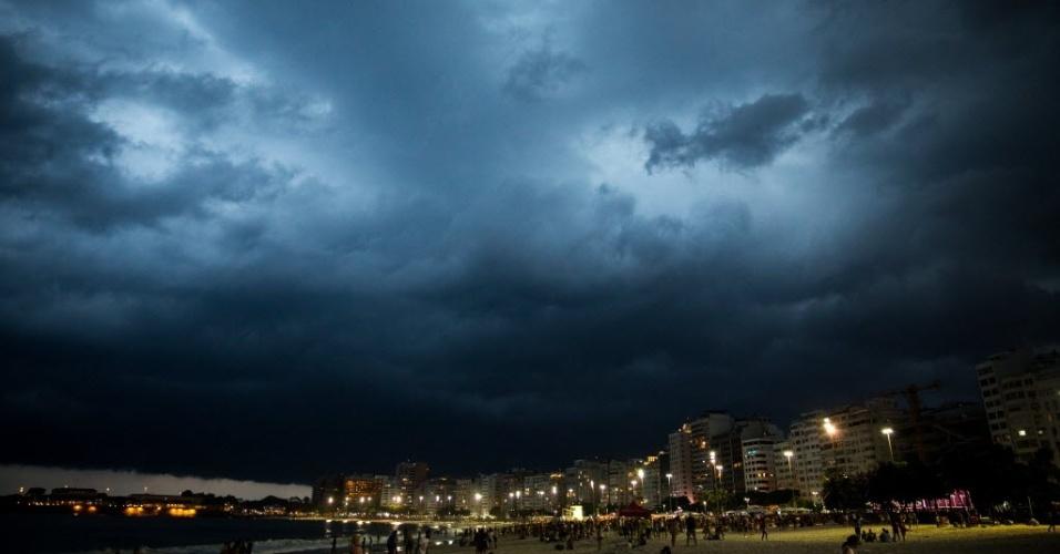 15.fev.2015 - Forte chuva cai sobre o Rio de Janeiro na noite deste domingo (15). Segundo o Centro de Operações da Prefeitura, o Rio entrou em estado de atenção às 18h
