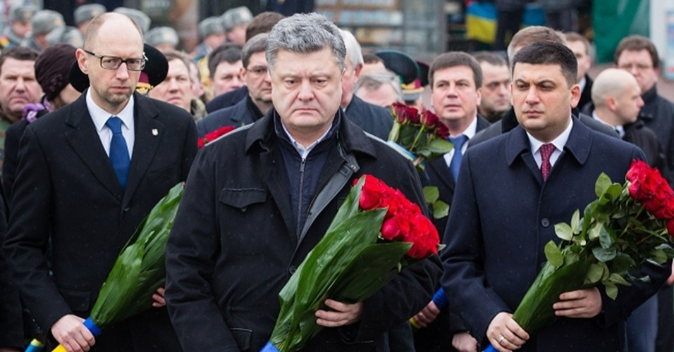 15.fev.2015 - O presidente da Ucrânia, Petro Poroshenko, participa neste domingo de cerimônia em Kiev, em memória dos militares ucranianos mortos durante a campanha militar soviética no Afeganistão. O país relembrou os ucranianos mortos em combate em conflitos internacionais