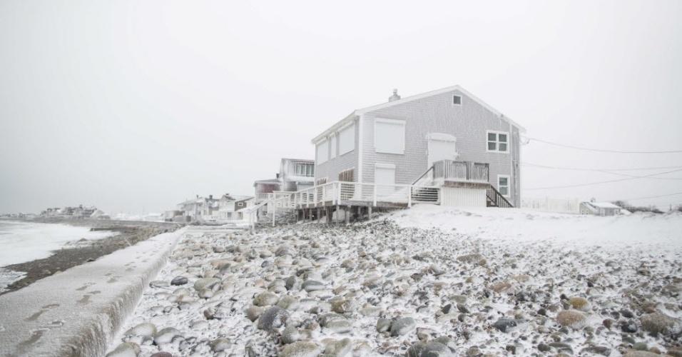 15.fev.2015 - Rochas ficam cobertas de neve em Oceanside Dr., em Scituate, Massachusetts (EUA), neste domingo (15), após passagem da tempestade de inverno Neptune. Esta foi a quarta maior tempestade a atingir a região de New England