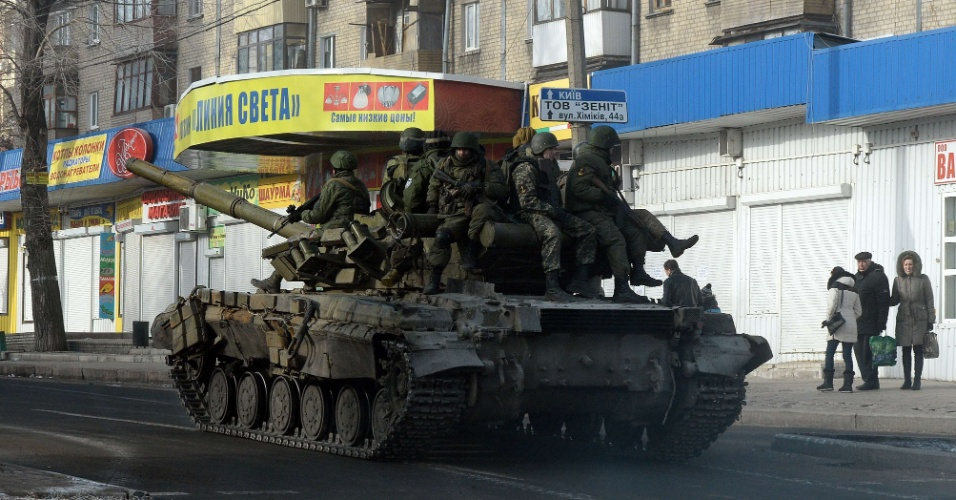 15.fev.2015 - Separatistas pró-Rússia dirigem tanque de guerra em rua de Donetsk, no leste da Ucrânia neste domingo (15). Apesar do início do cessar-fogo na região, dois civis foram mortos em ataques, segundo agentes das forças ucranianas