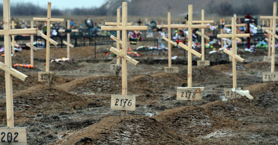 16.fev.2015 - Cruzes marcam apenas com números os túmulos de separatistas enterrados como indigentes em um cemitério em Donetsk, cidade separatista na Ucrânia. Cinco soldados ucranianos foram mortos nas últimas 24 horas em combate com rebeldes pró-Rússia desde que o cessar-fogo entre as partes entrou em vigor