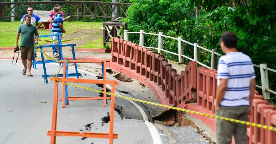 16.fev.2015 - Fotos chuvas que caíram na noite do domingo (15) causam rachadura e afundamento em trecho da rodovia A-32, antiga Tamoios, em Paraibuna (SP), nesta segunda-feira (16)