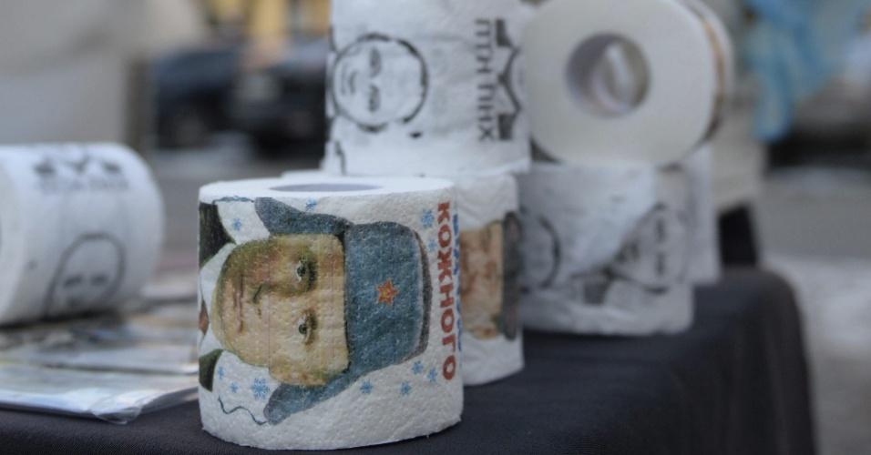 16.fev.2015 - Homem vende papel higiênico com a imagem do presidente russo, Vladimir Putin, no centro de Lviv, na Ucrânia. Cinco soldados ucranianos foram mortos nas últimas 24 horas em combate com rebeldes pró-Rússia desde que o cessar-fogo entre as partes entrou em vigor