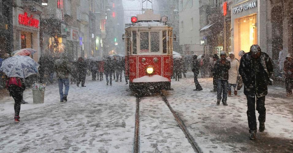 17.fev.2015 - Turcos enfrentam neve e frio em uma das principais ruas reservadas à pedestres de Istiklal, no centro de Istambul, na Turquia, nesta terça-feira (17)