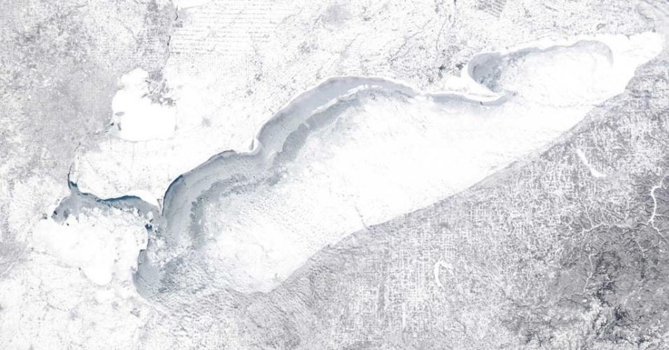 18.fev.2015 - Em imagem feita por um satélite da Nasa em 15 de fevereiro, o lago Erie, localizado no sul dos EUA, aparece com mais de 90% de sua área congelada. O estado do 13º maior lago do mundo, em extensão territorial, é consequência de uma tempestade de inverno que paralisou grande parte do leste dos Estados Unidos. Os meteorologistas advertiram que esta semana registrou a pior frente fria em duas décadas