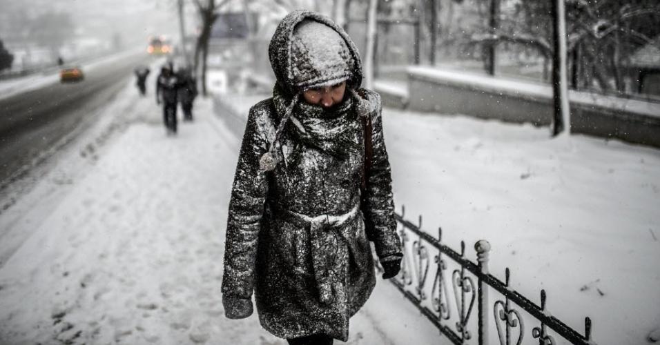 18.fev.2015 - Pedestre enfrenta forte nevasca enquanto caminha por rua de Istambul, na Turquia, nesta quarta-feira (18)