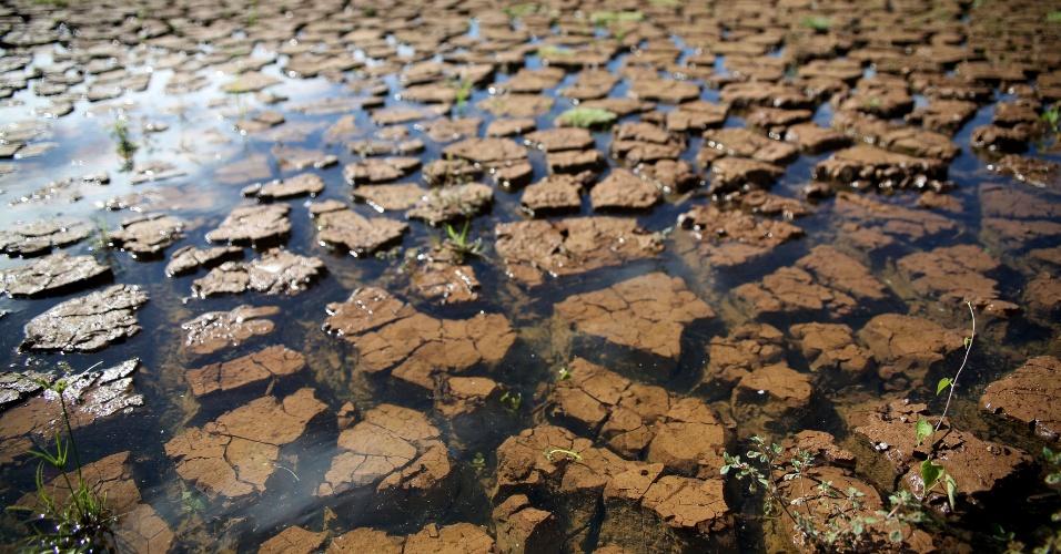 19.fev.2015 - Água começa a cobrir rachaduras do solo da represa reserva Jaguari-Jacareí, na cidade de Piracaia, no interior de São Paulo. O nível do Cantareira, que fornece água para 6,5 milhões de pessoas na Grande São Paulo, subiu 0,6 ponto percentual nesta quinta-feira (19), chegando a 9,5%, incluindo as duas cotas do volume morto. O percentual é o mesmo registrado há cerca de três meses