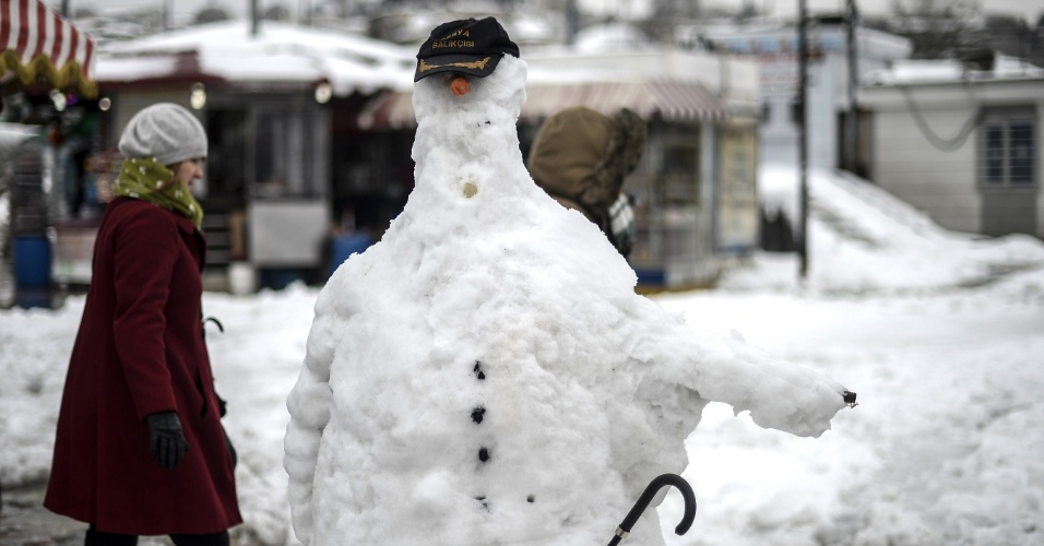 19.fev.2015 - Boneco de neve gigante feito no distrito de Eminonu em Istambul, após tempestade de neve em várias regiões da Turquia