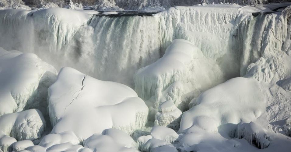 19.fev.2015 - Cataratas do Niágara ficam parcialmente congeladas após a queda de temperatura para -14ºC em Ontário, no Canadá, na quarta-feira (18)